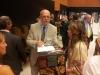 Mart Meri jagab autogramme eestlaste jagatud kalendrisse
