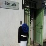 Sinimustvalge butiigireklaam Kuresaare peatänava ääres