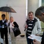 Vastuvõtt lennujaamas oli sõbralik ja vihmane.
