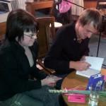 Kadri Luik ja Lauri Luik trükilõhnalistesse raamatutesse autogramme jagamas