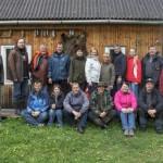 Riigikogu keskkonnakomisjon väljasõidul TÜ välibaasi taustal.