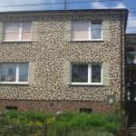 Poolas jäi silma kohvitassidega krohvitud maja