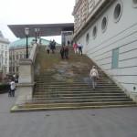 Alla minnes tavaline trepp, aga üles vaadates - kunst