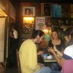 Pildil vasakul kelner sisenemas kuulsa Havelka kohviku telefonikabiini, esiplaanil turistid