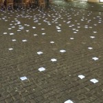 Led-valgustitega tänavakivide peale on erinevates keeltes erinevaid sõnumeid kirjutatud.