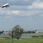 Järjekordne lennuk lendab üle järve lennujaama poole
