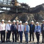 Kogu delegatsioon kaevandusmasina taustal