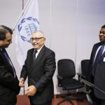 Võitjat õnnitleb senine president Abdelwahad Radi (Maroko) ja järge ootab peasekretär Martin Chungong (Kamerun)