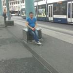 Rahulikult õlut joov ja suitsetav sveitslane raudteejaamas.