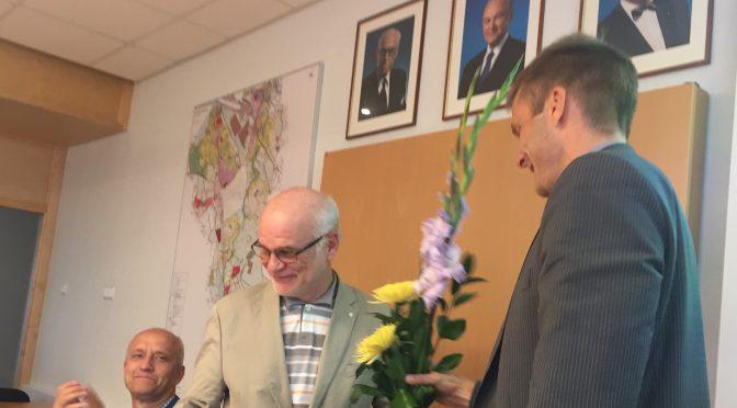 Fotol õnnitleb Agu Laius sünnipäevalist Kaarel Kaisi, taustaks presidentide fotod